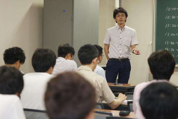 最後に、機械システム工学科の福島先生があいさつ。「自分がどういう意識を持って卒業研究に取り組んでいるのか、今日の経験から刺激を受け、意識を変え、これからの研究に活かしてほしいと思います」