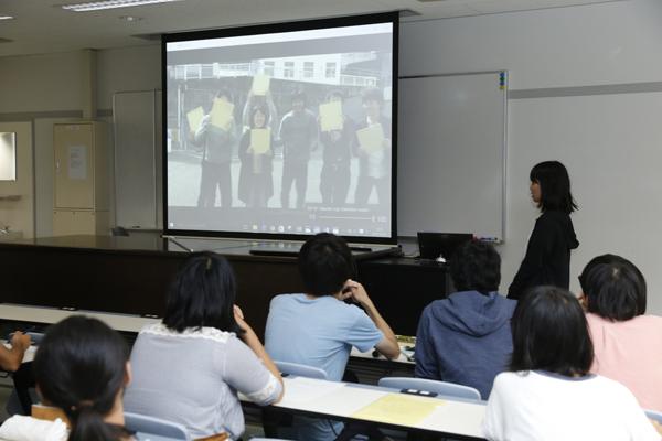 さらに、研究以外のゼミ活動が紹介されました。各ゼミでは、ゼミ生同士の親睦を深めるための活動を行っています。岡ゼミでは、現4年生が3月に卒業した先輩のために制作したメッセージビデオを披露。ゼミの結束力の高さがうかがえます。