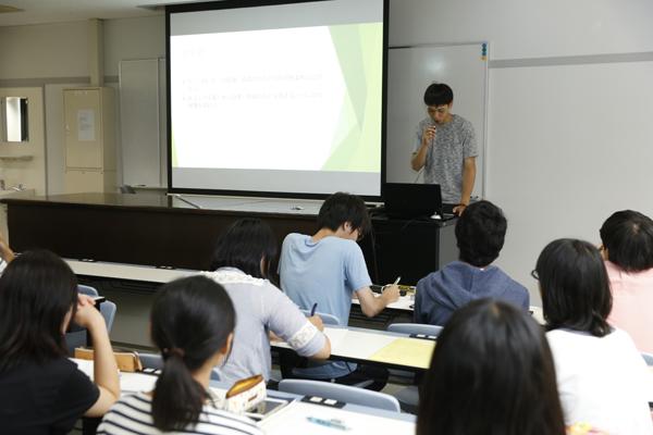 伊藤ゼミでは、就職活動サポートについて紹介。就活の進捗を定期的に報告し合う会や、OBと交流を深める活動を行っています。
