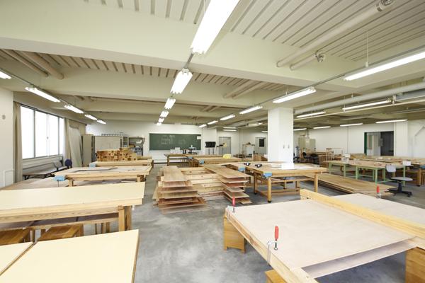 木工やインテリアを学ぶ学生たちが、自ら木工具や木工機械を使い作品を作ったり、講義や実習の際に使用されたりする木工室。充実した設備のもと、製作の下準備が行なわれました。