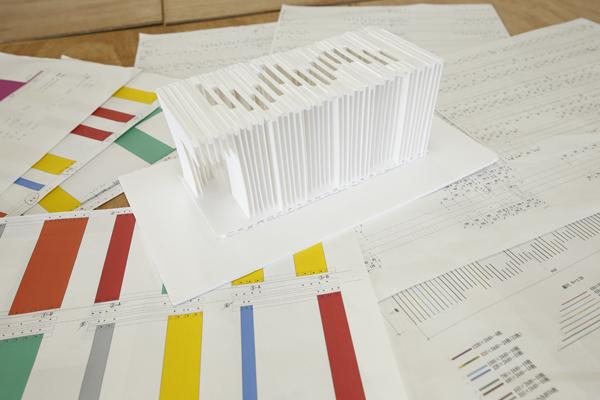 模型をもとに各部材の寸法図を起こし、組み立てる順番を考えていきます。組み合わせる板を間違えないように、寸法図上では部材の形ごとに色分けしています。
