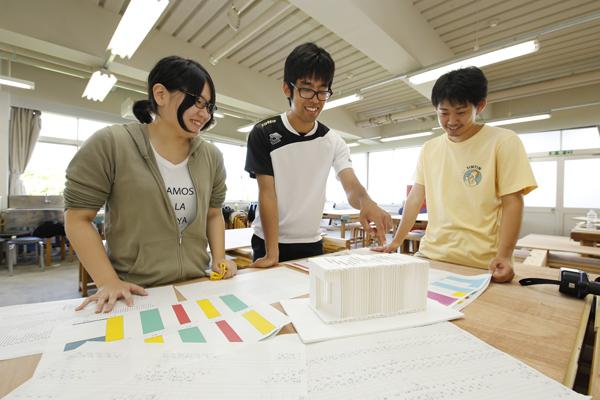 製作は松重君(右)を中心に、学生が担当。まずは各部材の寸法をしっかり確認します。