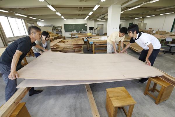 角材を2枚の薄い合板で挟んで最小単位のパーツを作ります。このパーツをミルフィーユのように何枚も重ね、一つの「建築」を形作っていきます。