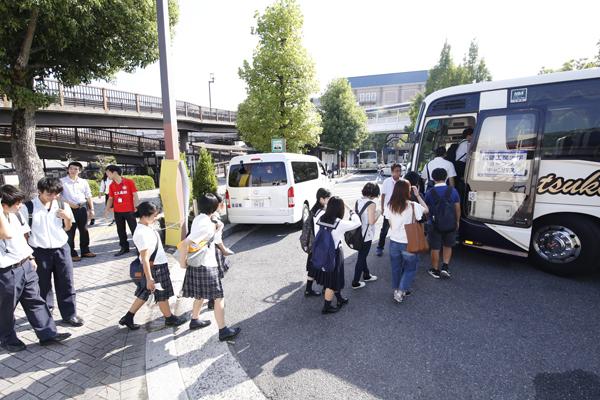 五日市駅からは無料スクールバスで会場へ。このほか、近畿・中国・四国・九州各地からの無料送迎バス・船を利用して、たくさんの皆さまにご来場いただきました。