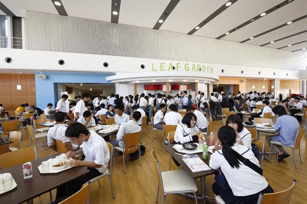 学内カフェレストラン「LEAF GARDEN」で、食事と一緒に開放的な空間を楽しむことができます。