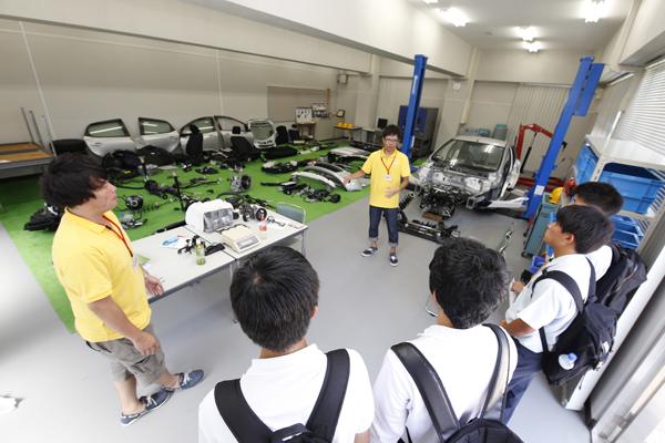車両構造、部品構造を理解するために分解した自動車の部品を丸一台分展示してある自動車実験実習センター。エンジン、シャーシ、タイヤなど本物の部品を手に取りながら「クルマづくり」を学ぶことができます。(知能機械工学科)