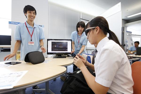 バーチャルリアリティ技術を用いて、目の前にスマートフォンの画面情報を映すメガネ型ディスプレイを体験。バーチャルリアリティ技術が、歩きスマホによる危険を減らせるかもしれません(知的情報システム)