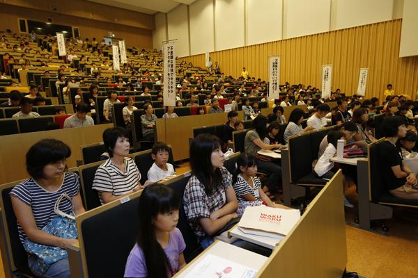 開会式が行われたデネブホールには、講座開始を待ちきれない子どもたちと保護者の方々が集まりました。
