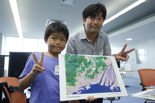 山と海と街が立体的にわかる素敵な地図が完成しました。お父さんもお子さんも、誇らしげな様子。