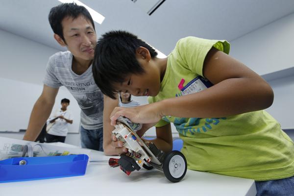ロボットカーづくりは高学年向けの講座だけあって、複雑な工程もありますが、みんな楽しそうに組み立てていました。