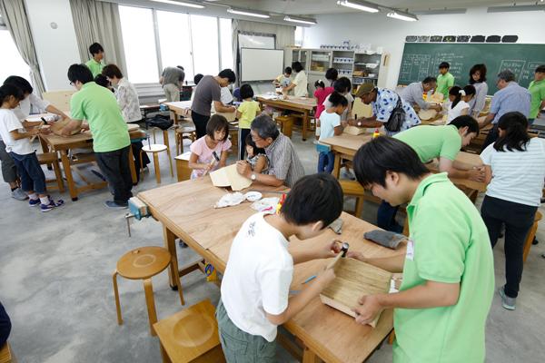 作業を行っている場所は、建築デザイン学科の開設に伴い新たに設置した木工房です。