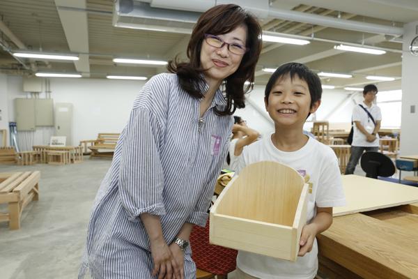 お母さんと協力して、美しい木箱をつくることができました。「何を入れようかな」