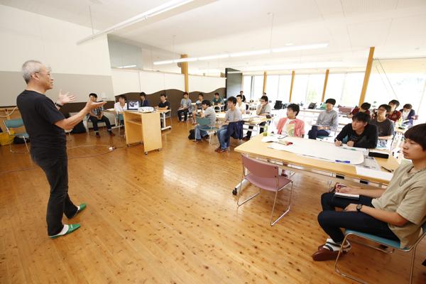広島大学7名、岡山県立大学5名、そして本学6名、計18名の学生が参加。他大学の学生の考え方や意見が聞ける貴重な機会となりました。