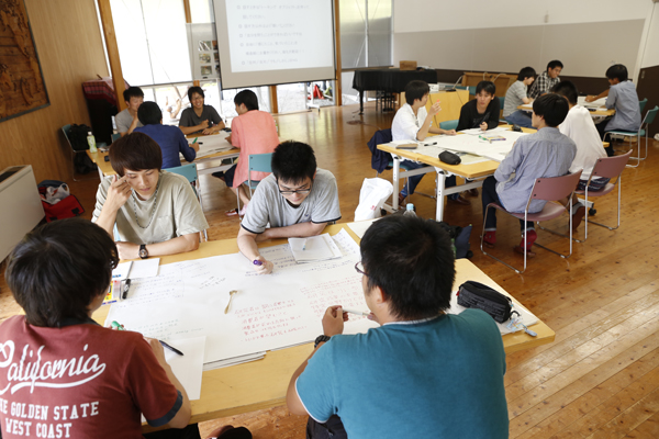 3~4名のグループに分かれて活発に意見交換が行われます。1人はテーブルホストとして残り、他のメンバーはラウンドごとに違うテーブルに移動。20~25分の話し合いを4ラウンド行いました。