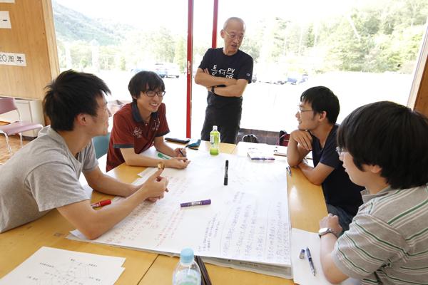 各テーブルにはトーキング・オブジェクトとしてスプーンが用意されています。「話すときにはスプーンを手にしてください。自分が今から意見を述べるぞ、という周りへのアピールになったり、話す心構えをもつ訓練にもなりますよ」と濱崎先生。