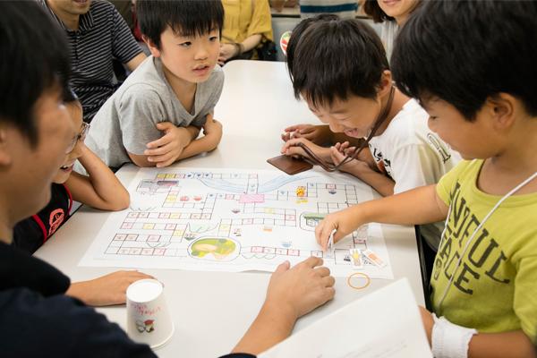 学生が考えたボードゲームは子どもたちに大好評。夢中になって、楽しんでくれました。