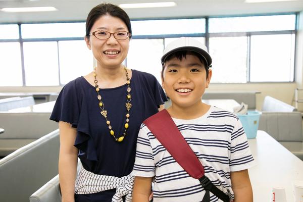 「大学生がリードしてくれて楽しく学習することができました」と宮本さん親子。