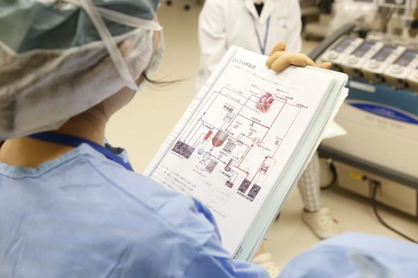 心臓手術の際の血液の流れも、装置の操作画面を見ながら解説を聞くことができるため、理解度も上がります。