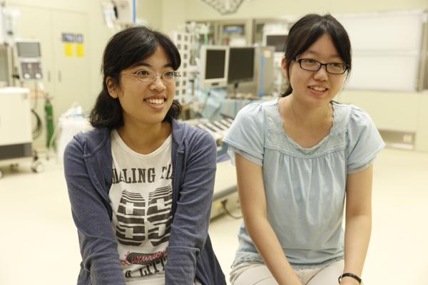 曽里さん(左)「患者さん一人ひとりの病状を把握し、心配りのできる臨床工学技士になりたいです」。正岡さん(右)「他大学の学生さんが積極的に手を上げて質問している姿に刺激を受けました」
