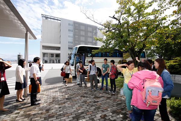 日本語学校のみなさんが、バスで広島工業大学に到着。教職員や学生が出迎えます。