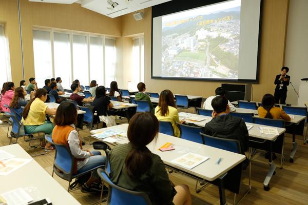 広島工業大学の最寄り駅であるJR五日市駅は、広島駅から約15分。大学周辺には商店街や若者が集まるお店もあり、暮らしやすい街です。