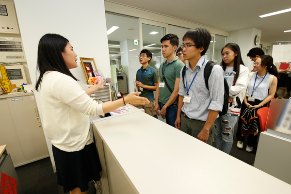 留学生のサポートを行っている国際交流センター。「国際交流ボランティアなどへの参加を通じて、自然と友達が増えていくことが多いですよ」と説明を受けました。