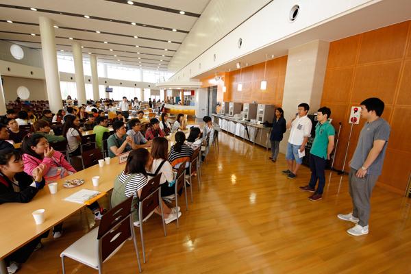 おしゃれな学内レストランの一角で、将来のキャンパスライフをイメージしながら、交流会を実施。