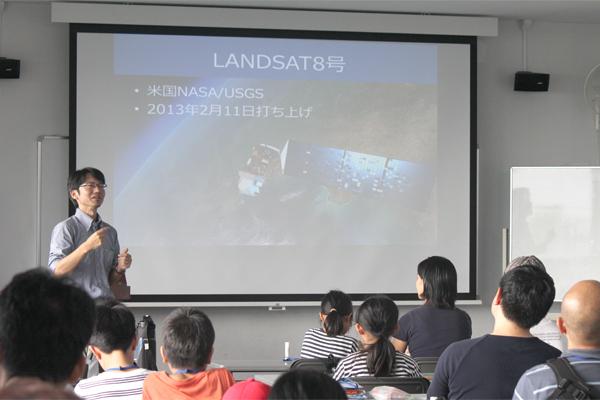 2日目には、小西先生が「人工衛星の画像から3D地図を作ろう!」というテーマで、宇宙から送られてくるデータを利用した地図作りの面白さを伝えました。