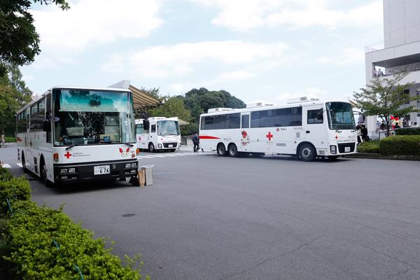 多くの人が献血に協力してもらえることを想定して、6月に実施した時は2台だった献血バスを3台に増やしました。