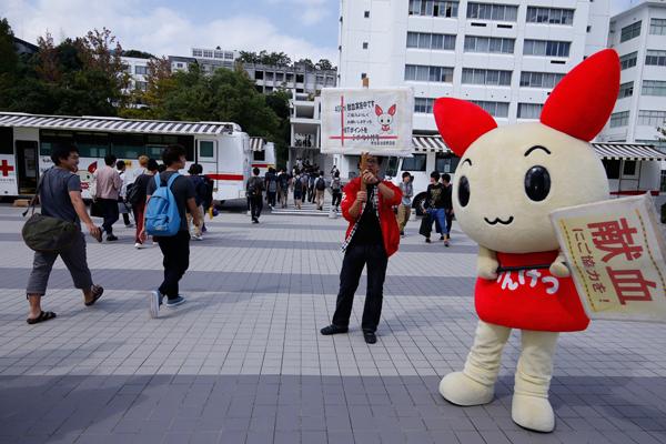 献血推進キャラクター「けんけつちゃん」も、学生に献血を呼びかけました。