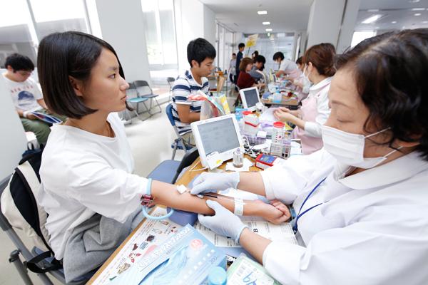 血圧や脈拍測定、血液型判定や濃度測定などを行います。