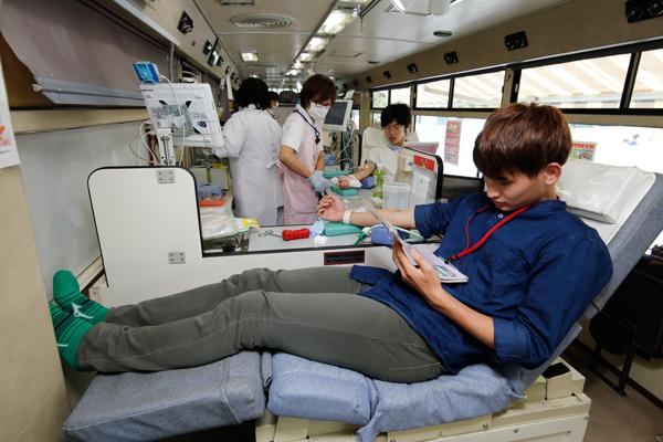 バスの車内はとても快適。リラックスしながら献血することができます。