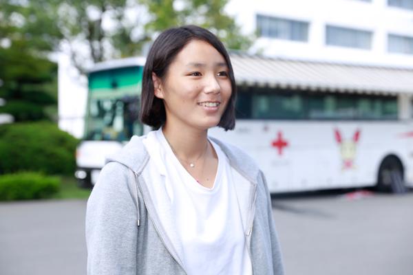 八尾茉鈴さん(生命学部食品生命科学科・1年)「6月に続いて2回目の参加です。授業の空き時間を利用して献血に協力できるのがいいですね」