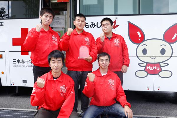 学生自治会献血会のメンバー。中央の水津君が持っているのは、赤十字サポーターの認定証です。