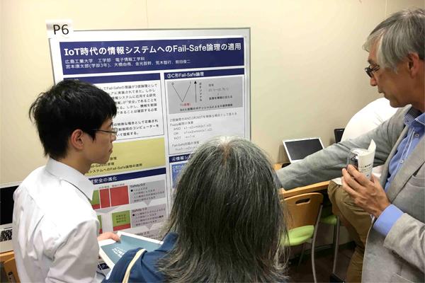 学会では、宮本君の研究内容に興味を持った参加者たちから矢継ぎ早に質問され、指導教員である荒木先生と共に、対応に追われました。