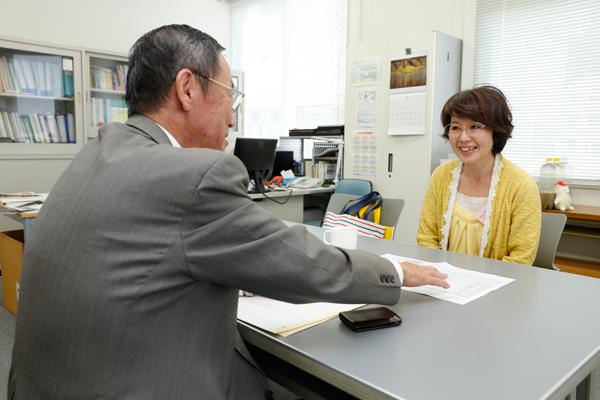 個人懇談では、成績や学生生活、就職など、何でも教員と話し合うことができます。岸田先生と懇談した西村壮人君(工学部建築工学科・1年)のお母さまは「先生に温かく見守られていることがよく分かり、安心しました」と感想を聞かせてくださいました。