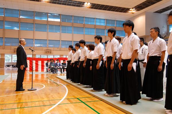 開会式では、岩井副学長があいさつ。「今日は、皆さんの日頃の鍛錬の成果、そして気迫が見られるのを、とても楽しみにしています」