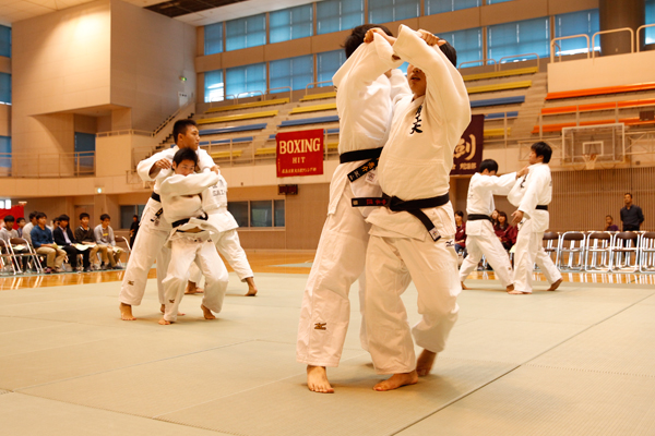 柔道の基本は「受け身」。初心者はまずしっかりと受け身の取り方を学びます。