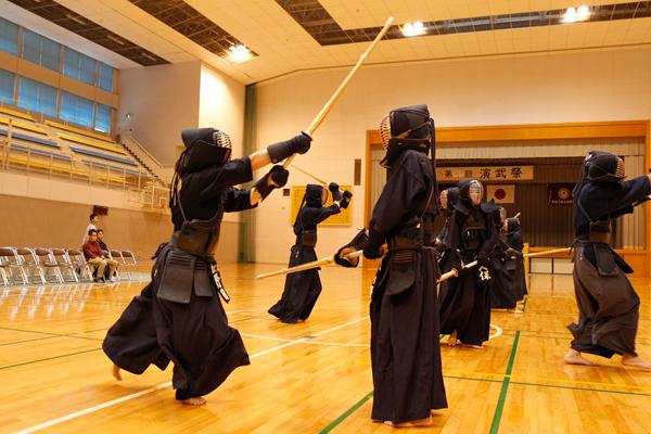 剣道部の集団での基本稽古は迫力満点。きれいに面が決まった時の爽快感は、見る者にも伝わってきます。
