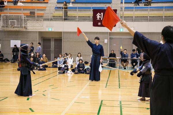 審判は広島工業大学剣道部の学生が務めました。