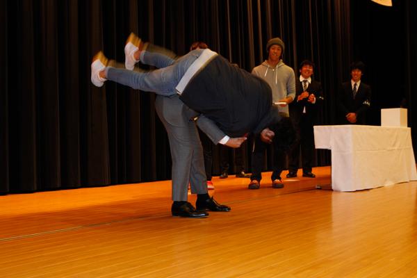 当選者の一人、柔道部主将の松下凌君(情報学部知的情報システム学科・3年)は、特別に背負い投げをかけてもらいました。