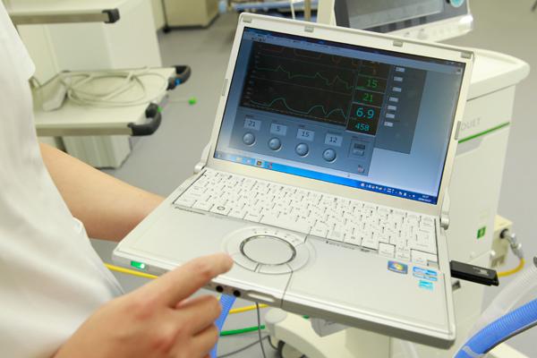 コンピュータ内で仮想患者モデルと人工呼吸器モデルをつなぎ、実際の人工呼吸器の動作を再現したシステムを開発中。このシステムがあれば、パソコン一つで、患者さんの状態に応じた人工呼吸器の操作を練習することができます。