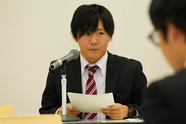 司会を務めた1年生の尾崎巧さん(食品生命科学科)。英語での司会ということで、やや緊張の面持ちです。