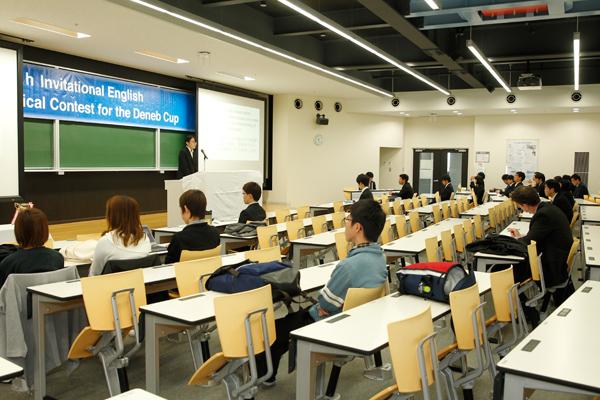 聞き手の顏と反応を見ながら、堂々とスピーチする学生たち。練習で身につけた「話す技術」への自信が感じられました。