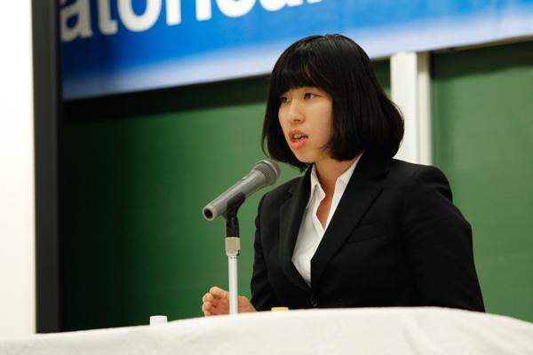 坂田麻衣子さん(食品生命科学科・3年)は、特定保健用食品についてスピーチしました。