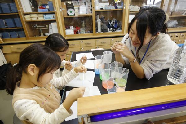「なんで丸くなるの?」「不思議だね」実験を通じて子どもたちが不思議に感じたことについて、学生が詳しい解説をします。