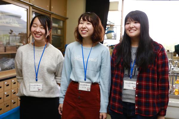 食品生命科学科の(左から)石井さん、佐々木さん、中光さん。大学では、食品科学や生命科学について学んでいるため、人工イクラの作り方や、アルギン酸ナトリウムの機能性成分について、専門的な視点からも説明することができます。