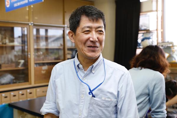 「学生が子どもたちに教えることは、大学で学んだことの復習につながります」と平賀先生。