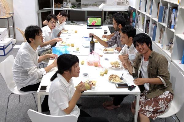 オフィスでの昼食の時間。休憩時間には、地元スタッフや世界各国から集まった人たちと楽しいひとときを過ごしました。