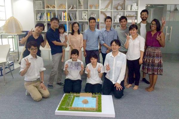 完成した模型を前に。前列左から二番目が森田さん。三番目が伊藤さん。